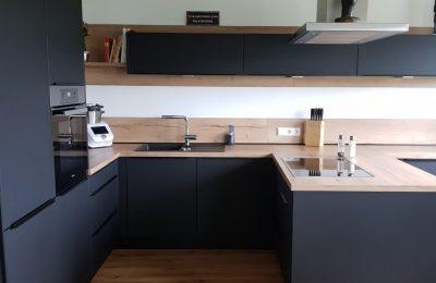 Perfekte Harmonie – mattes Schwarz mit warmen Holzdekor