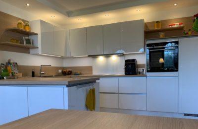 klare Linienführung, gradliniges Design, in Kombination mit wohnlichen Elementen aus warmen Holzdekor